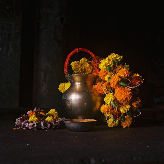 Denis DailleuxLe dos au marché aux fleurs, Calcutta, 2019C-Print, Ed. 8, 80 x 80 cm, mounted, framed