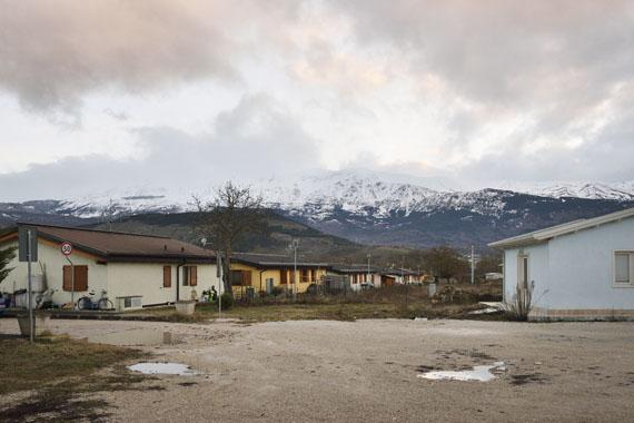 """Göran Gnaudschun: Siedlung Onna, aus: """"Stimmen, die sich suchen"""" (fortlaufendes Projekt)"""