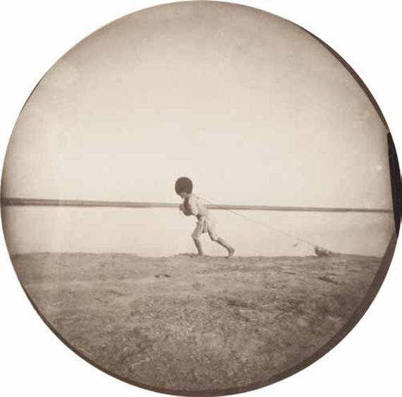 266 Paul Nadar (1856-1939)Voyage au Turkestan. Août-Novembre 1890.Le fleuve Amou Daria.Tekké halant une barque sur la rive de l'Amou Daria.Vintage gelatin silver print.