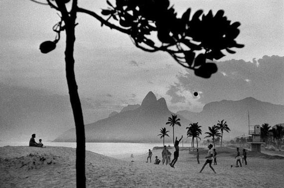 René Burri: Ipanema Beach, Rio de Janeiro, Brazil, 1958, Gelatin Silver Print (signiert verso und recto), 40 x 50 cm