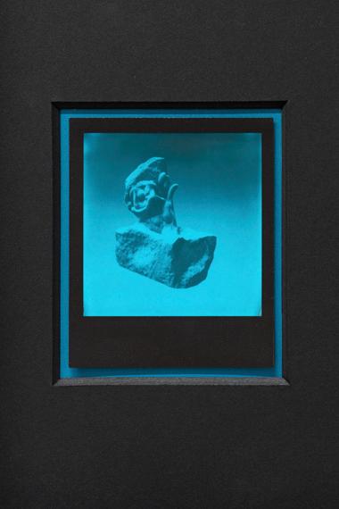 """Samuel Henne: """"untitled (HOG #01)"""", aus """"hand to hand"""", 2019Polaroid mit Passepartout, aus einer Reihe mit 4 Unikatengerahmt in lackierten Holzrahmenje 42 x 32 cm, (Detailausschnitt)"""