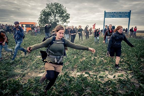 DAVID KLAMMER, Hambacher Forst Demo: Aktion Unterholz aufdem Weg in den Hambach , People running across a field to swarm into the Hambach forest during a rally 2018