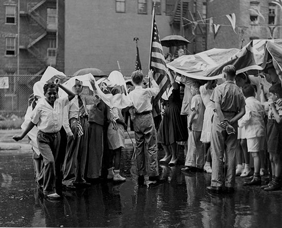 Fred SteinParade Group in Rain, 1946Silbergelatineprint20,6 x 25,3 cmFred Stein Archiv© Fred Stein Archiv, 2019