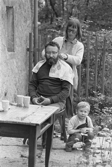 Christian Borchert: Elke Erb schneidet Adolf Endler die Haare, Wuischke/Wuježk, 1976© SLUB Dresden, Deutsche Fotothek