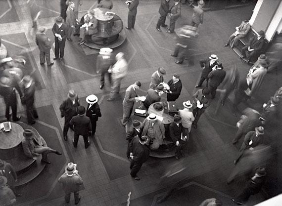 Hamburger Börse, Verhandlungen auf dem Börsenparkett, 1930-33© bpk-Bildagentur – Fide Struck (Slg. Thomas Struck)