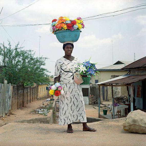 Denis Dailleux: La dame aux fleurs, Ghana. 2012. C-Print, 38 x 38 cm, Ed. 12
