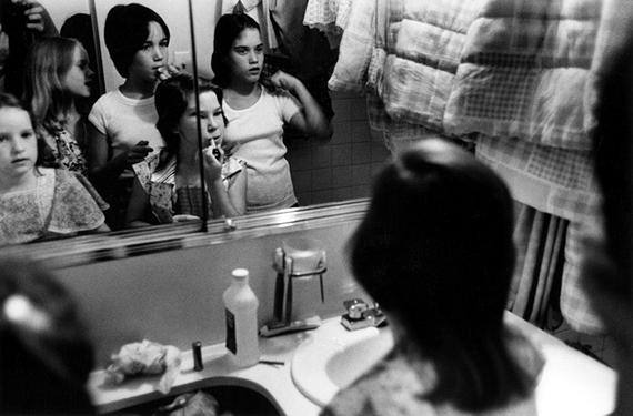 New York, USA: Girls apply make-up, 1976 Tirage vintage signé, 15,5 x 23,5 cm© Stephen Shames, Courtesy Galerie Esther Woerdehoff