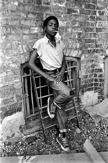Chicago, Illinois, USA: African-American boy smokes a cigarette on the south side, 1972Vintage print, signed24,9x 20 cm© Stephen Shames, Courtesy Galerie Esther Woerdehoff