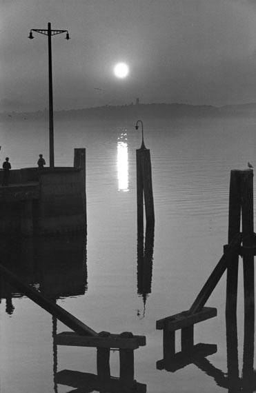 Toni SchneidersBalkenschrift im Wasser, Faährhafen Meersburg 1948 © Nachlass Toni Schneiders/Stiftung F.C. Gundlach
