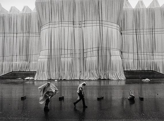 Barbara Klemm: Christo, Verhüllter Reichstag, Berlin. 1995.