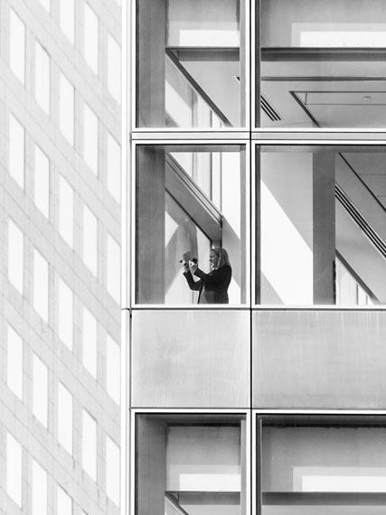 "Mårten Lange: Woman with phone, , aus der Serie ""The Mechanism"", 2017© Mårten Lange, Courtesy Robert Morat Galerie Berlin"