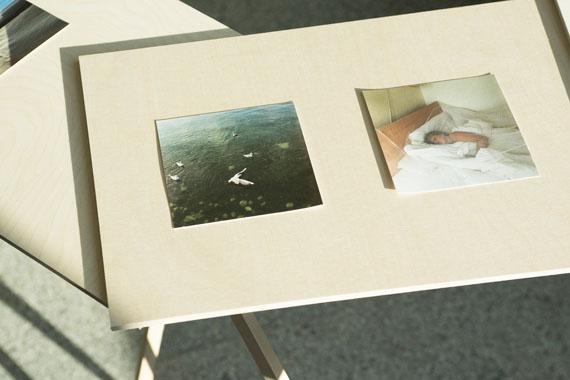 """Wiebke Loeper: """"Von Sommer zu Sommer"""", 2016-2020 (Auszug), Installation Birkenholz / Pigmentprints"""