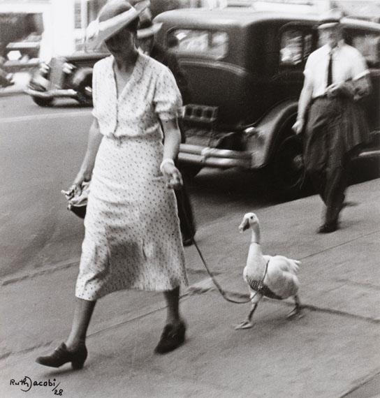 Ruth Jacobi: Spaziergängerin mit Gans, New York, 1928 © Jüdisches Museum Berlin