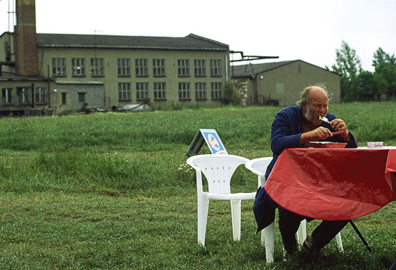 Man having lunch outside a factors © Thomas Hoepker
