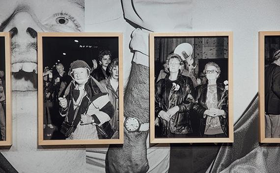 """Andreas Rost: """"Wiedervereinigung"""", 1990-2020Fotoinstallation, Inkjetprints auf Barytpapier und DigitaldruckeKupferstich-Kabinett, Staatliche Kunstsammlungen DresdenFoto: © Oliver Killig"""