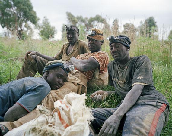 "Ilan Godfrey: Linda, Daniel, Dumisani and Calvin, informal gold diggers, Roodepoort, Johannesburg, Gauteng, 2013Aus der Serie ""Legacy of the Mine""© Ilan Godfrey"