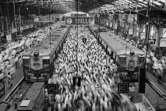 Churchgate Bahnhof. Bombay (Mumbai), Indien. 1995© Sebastião Salgado