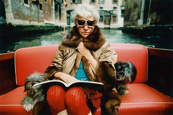 Stefan Moses: Peggy Guggenheim im Motoscafo, Venedig 1974 © Stefan Moses