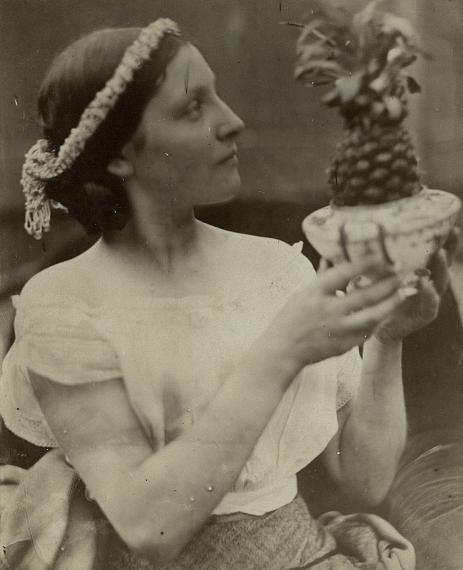 Julia Margaret Cameron: Junge Frau mit Ananas, um 1867 © Sammlung Museum für Photographie Braunschweig / Depositum Stadtarchiv Braunschweig