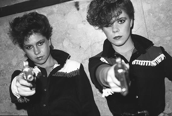 GARY GREENGirls with fake guns, Peppermint Lounge, c. 1980© Gary Green / Galerie Miranda