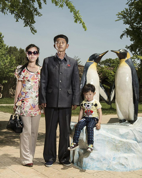 Stéphan Gladieu, North Koreans Portraits, North Korea, Pyongyang, June 2017. A family pose in Pyongyang central zoo. Courtesy of School Gallery / Olivier Castaing.