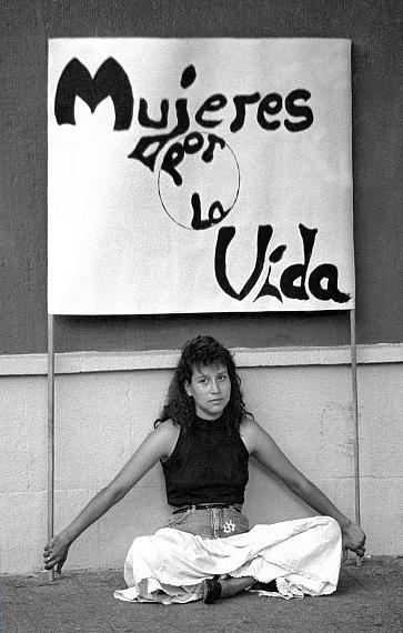 """© José Giribás M.Frau mit Transparent (Text: """"Frauen für Das Leben"""") während einer Demonstration am internationalen FrauentagSantiago, Chile, 8. März 1990"""