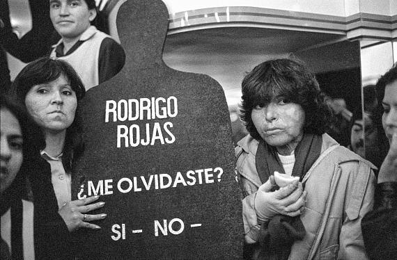 """© José Giribás M.Demonstration der Bewegung """"Frauen für das Leben"""" in Santiago mit Carmen Gloria Quintana (rechts)Chile, 8. September 1988"""