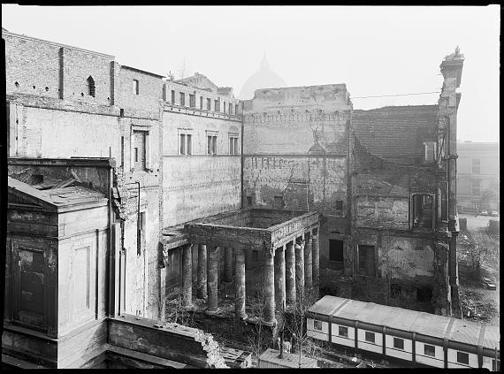 Ruine Neues Museum, Museumsinsel, 1982/2021Platinum-Palladium auf Arches Platine Papier© Rudolf Schäfer