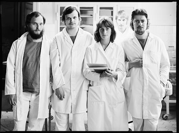 Pathologieassistenten und Assistensärztin, Charité, 1981/2021Platinum-Palladium auf Arches Platine Papier© Rudolf Schäfer