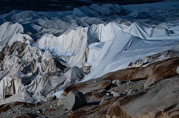 """Aus der Serie """"Eagle Wings"""": To be or not to be, Rhône Glacier, 2019 © Nomi Baumgartl"""