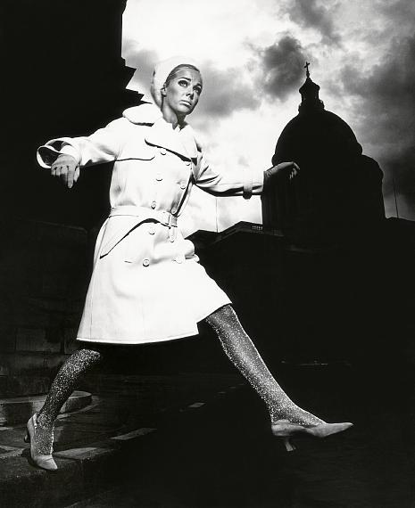 "F.C. Gundlach""Karin Mossberg vor dem Panthéon""Modell von Nina RicciParis 1966© F.C. Gundlach / Stiftung F.C. Gundlach"