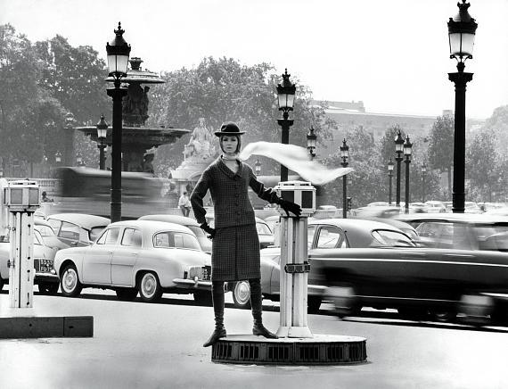 """F.C. Gundlach""""L´air de Paris"""" Modell von Pierre CardinParis, Place de Concorde 1963 © F.C. Gundlach/Stiftung F.C. Gundlach"""