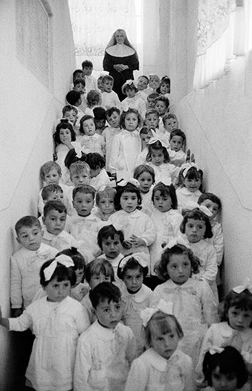 Nun with children, Battipaglia, Italy, 1955 © Thomas Hoepker