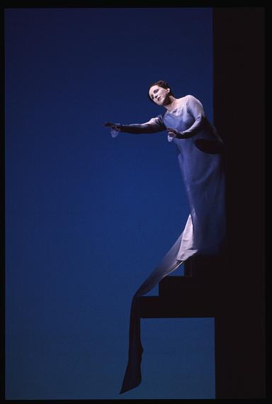 """""""Pelléas et Mélisande"""" von Claude DebussySalzburger Festspiele 1997Regie und Bühne: Robert WilsonMelisande: Dawn Upshaw© Ruth Walz"""