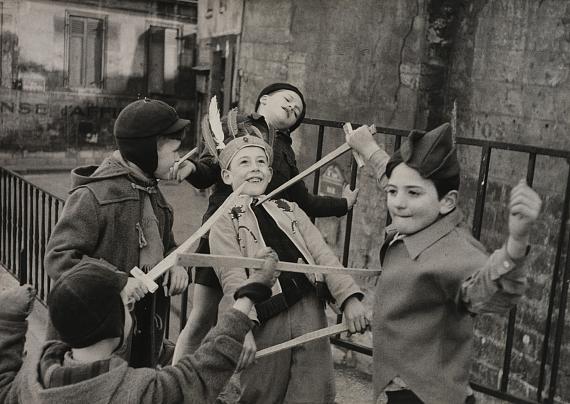 Lot 146Edouard BOUBAT (1923-1999)Jeux d'enfants, Paris, 1952Large silver print from the exhibition period mounted on wood40 x 58.5 cmEstimate: 3,000 - 4,000 EUR