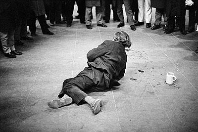 Dimitri Soulas: Betrunkener vor einer Bierhalle im Münchner-Hauptbahnhof, 1972 © Münchner Stadtmuseum