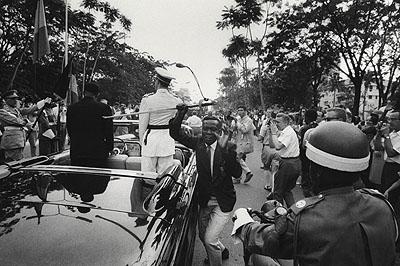 © Robert LebeckDer Degen des belgischen KönigsUnabhängigkeitstagLeopoldville, Kongo, 1960