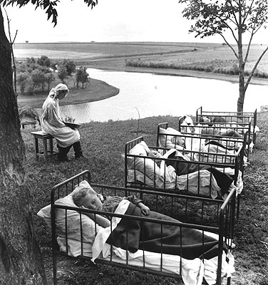 Sowjetunion, auf dem Lande.Krankenschwester neben Kinderbetten im Freien, 1965© Sammlung Ernst Volland / Heinz Krimmer