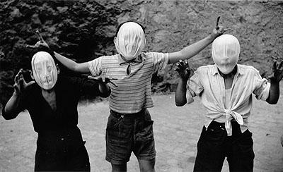 Roman Carnival, Trastevere, Italy 1950© Herbert List / Magnum Photos / Contrasto
