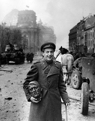 Berlin, Der Dichter Jewgeni Dolmatowski mit Hitlerkopf, 2. Mai 1945, 40 x 30,5 cm, signiert