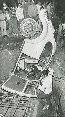 Enrique Metinides, 1974Accidente automovilísticoVintage silver gelatin print8 x 4.6 in (20.3 x 11.5 cm)