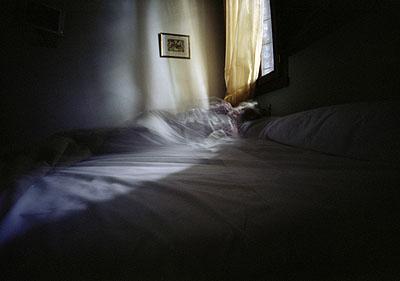 Karen Stuke, aus der Reihe sleeping sister, Mira, inkjet-print auf photo rag, 2006