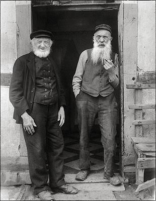 August SanderDorfphilosophen. 1931Vintage, Gelatinesilberabzug. 27 x 21 cm Schätzpreis 10.000 - 15.000,- EUR Auktion 941 - Photographie