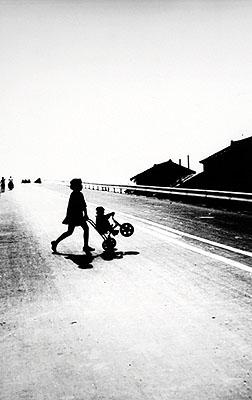 © Shoji Ueda. Ma femme sur la dune, c. 1950.