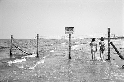 Max Scheler: Staatsgrenze am Ostseestrand, bei Herringsdorf, 1964. East Germany - Baltic Sea 1964, The East German Border to Poland on a beach of the Baltic Sea. © Max Scheler Estate, Hamburg Germany