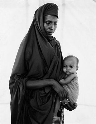 Fehan Noor Ahmed and her daughter Rhesh, Somali refugee camp, Mandera, Kenya © Fazal Sheihk 2009