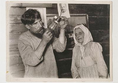 Arkadij Schajchet (1898-1959) Die 'Iljitsch- Birne', die nach Lenin benannte Glühbirne wird bei einem Bauern installiert, Botschi 1925, © Arkadij Schajchet