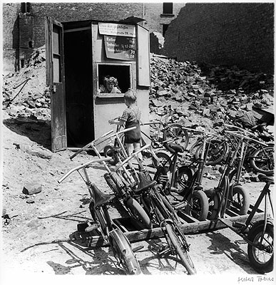 © Herbert Tobias, Geschäftsleben in Trümmern, Berlin, 1954
