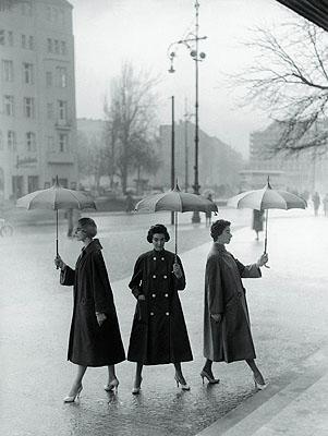 Regenwetter aufgeheitertDrei Popeline-Mäntel von Staebe-Seger, Berlin 1955© F.C. Gundlach