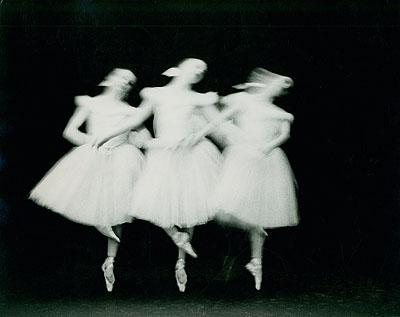 Paul Himmel: ohne Titel (Das New York City Ballet tanzt Schwanensee), 1951-1952. Silbergelatine, 26,6 x 34,5 cm. © Paul Himmel